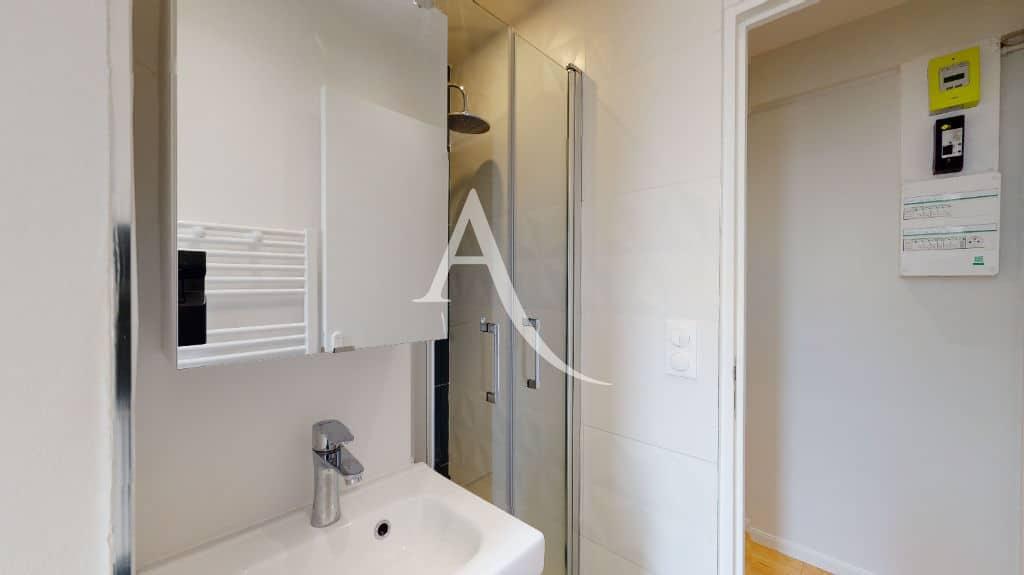 agence immo maisons-alfort: 27 m², une salle de douche avec wc et sèche-serviettes