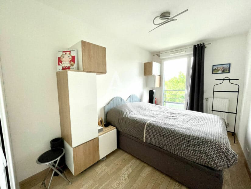 vente appartement maison alfort: 3 pièces 67 m², 1° chambre, lustre moderne au plafond