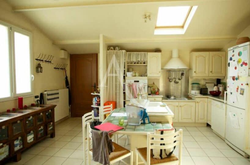 agence immobilière val de marne: 4 pièces 144 m², entrée ouvrant sur la cuisine aménagée et équipée