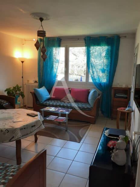 vente appartement maison alfort: 3 pièces 54 m², séjour, carrelage et lustre au plafond