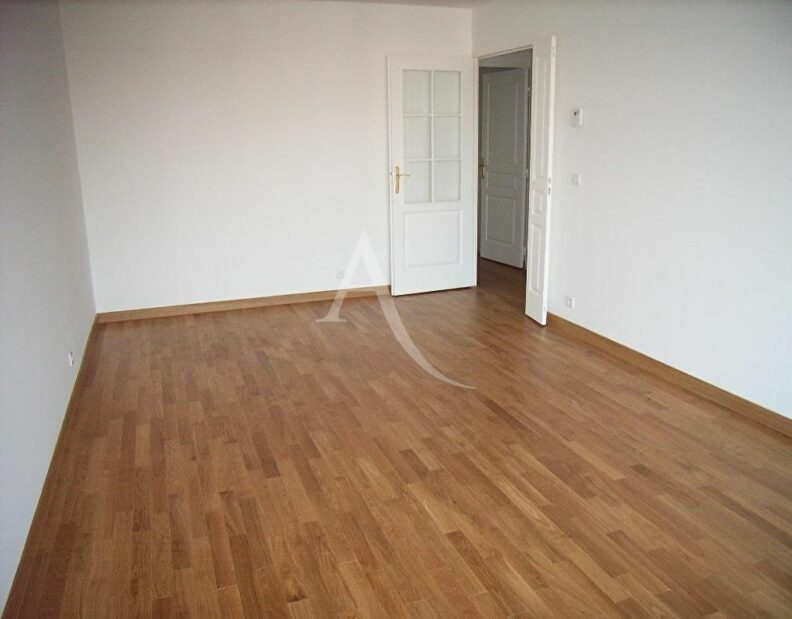 agence de location appartement: beau 3 pièces 63 m² avec 2 loggias et parking en étage élévé, secteur mairie