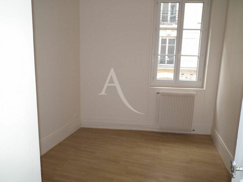 location immobiliere maisons alfort: 2 pièces 37 m², chambre à coucher lumineuse
