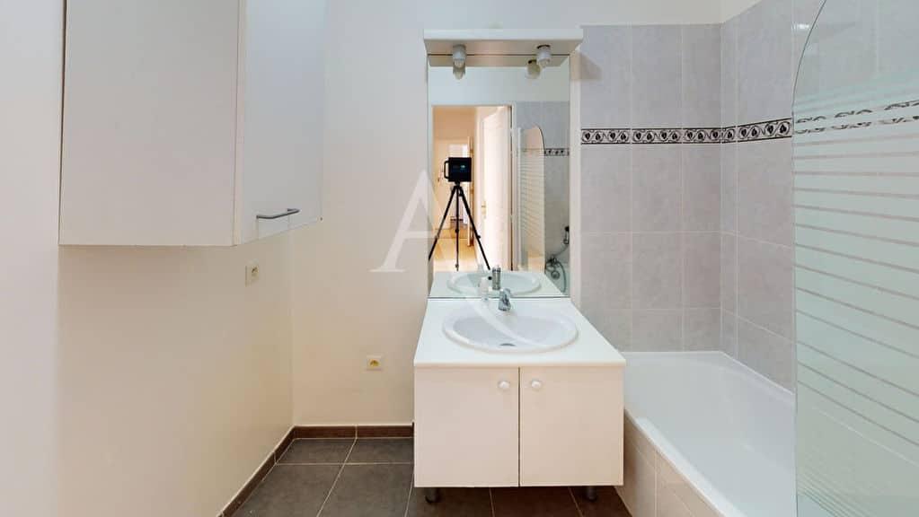appartement alfortville: 3 pièces 57 m², salle de bain avec baignoire, wc séparés