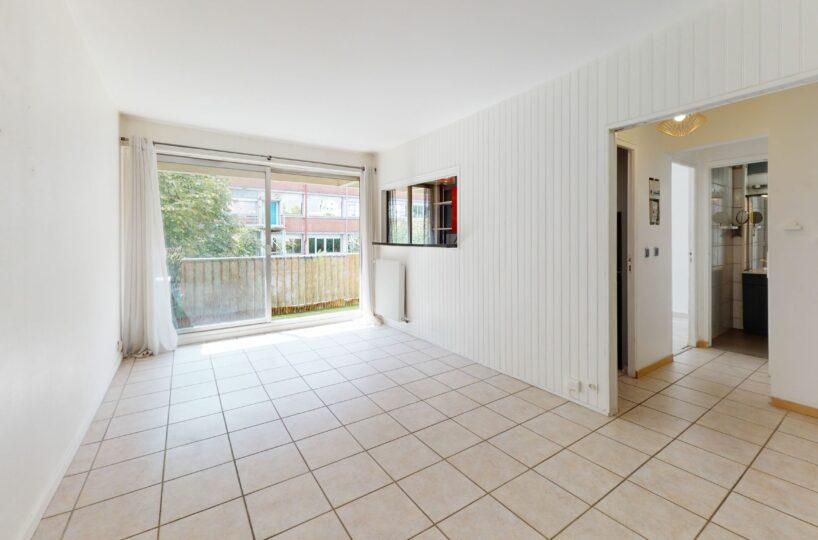 appartement a louer maison alfort: 2 pièces 37 m², séjour avec murs et carrelage blancs
