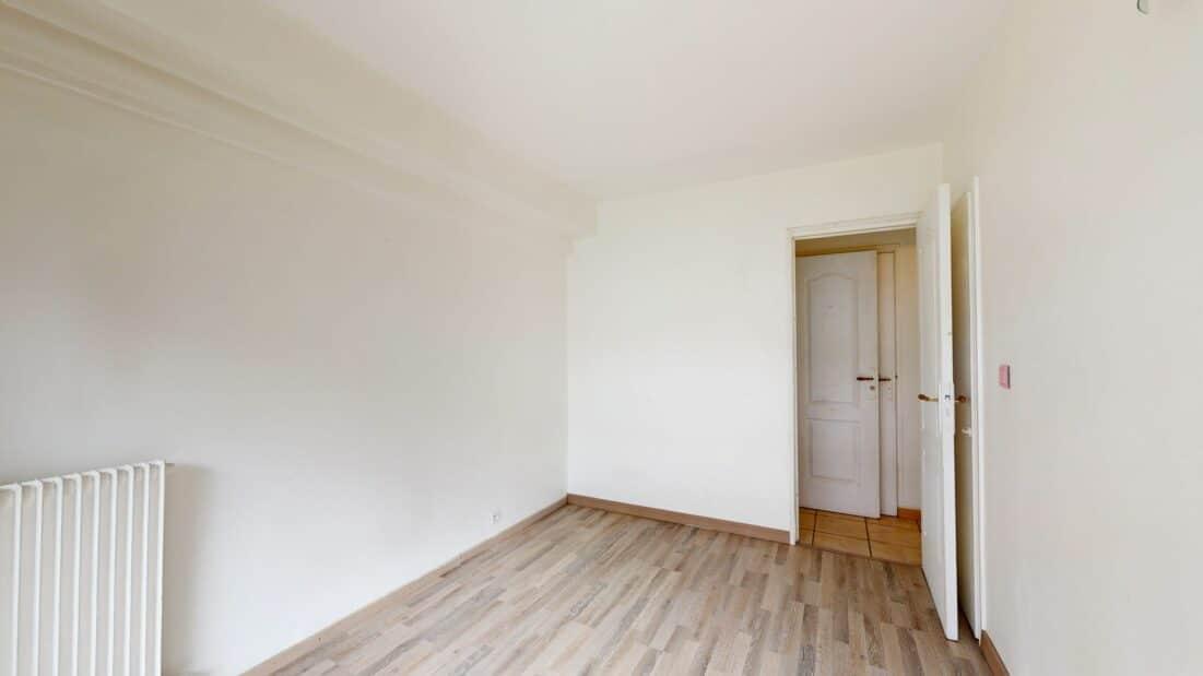 location immobiliere maisons alfort: 2 pièces 37 m², chambre avec parquet clair et murs blancs