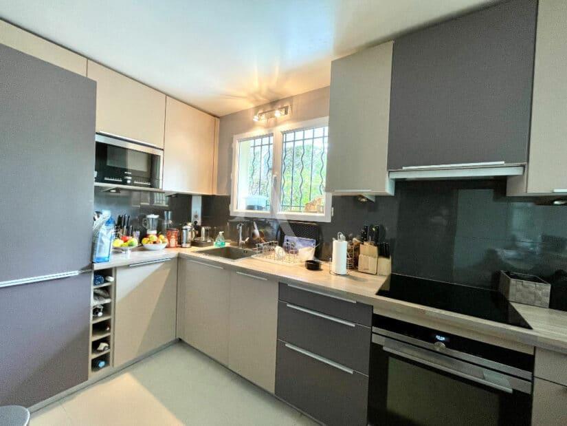 achat appartement charenton le pont: 3 pièces 82 m², cuisine ouverte entièrement aménagée et équipée avec plan bar