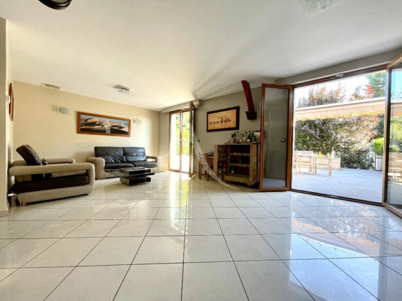 agence immo maisons-alfort: 6 pièces 140 m², vaste pièce à vivre donnant sur terrasse et jardin