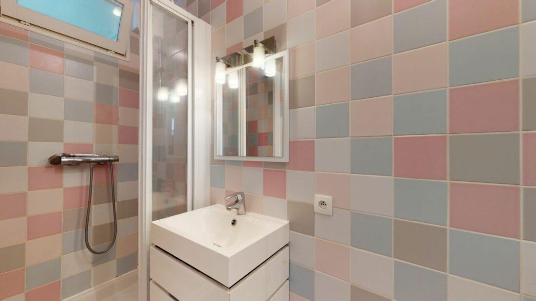location immobiliere maisons alfort: 3 pièces 53 m², salle d'eau avec cabine de douche et wc