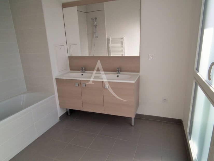 agence immobilière 94: 2 pièces 43 m², salle de bains entièrement carrelée, un wc séparé