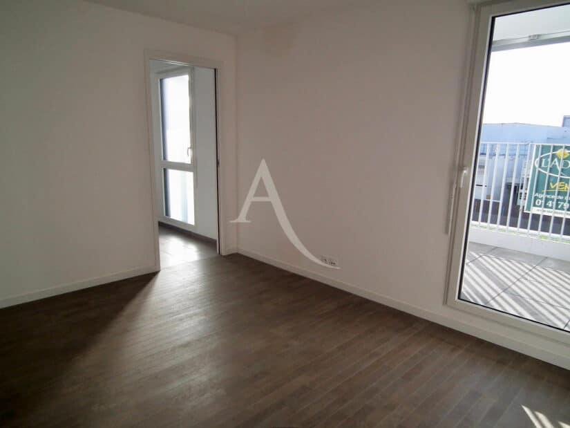 location appartement 94: 2 pièces 43 m², chambre avec parquet massif en chêne brossé donnant sur terrasse