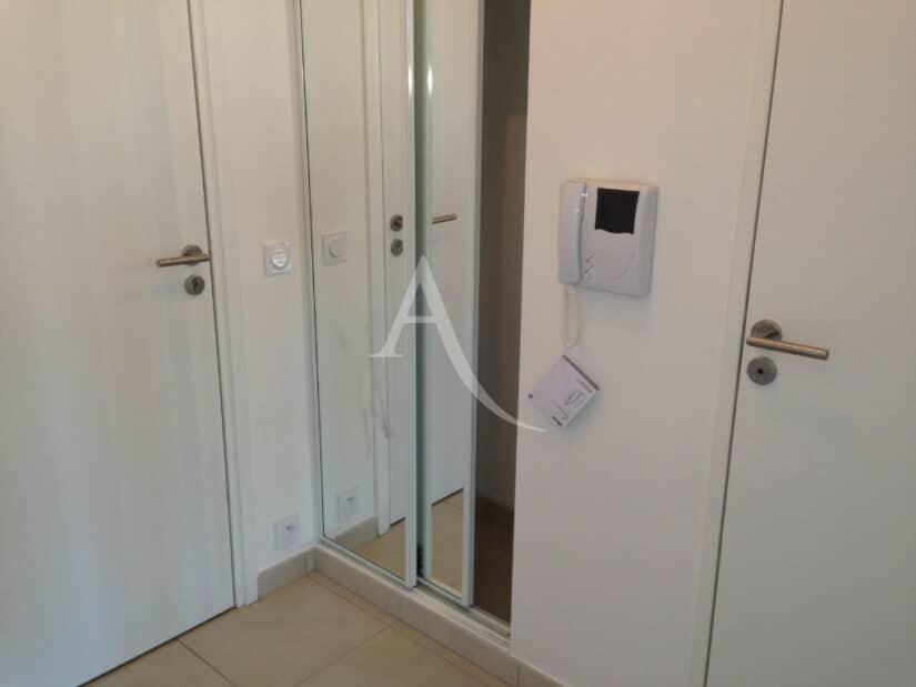 immobilier louer: 2 pièces 43 m², dans résidence neuve  - hall d'entrée avec placards et visiophone