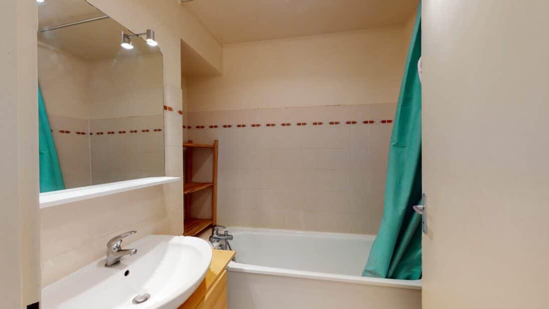 agence immobilière 94:loue studio 37 m², salle de bains avec baignoire et wc séparés