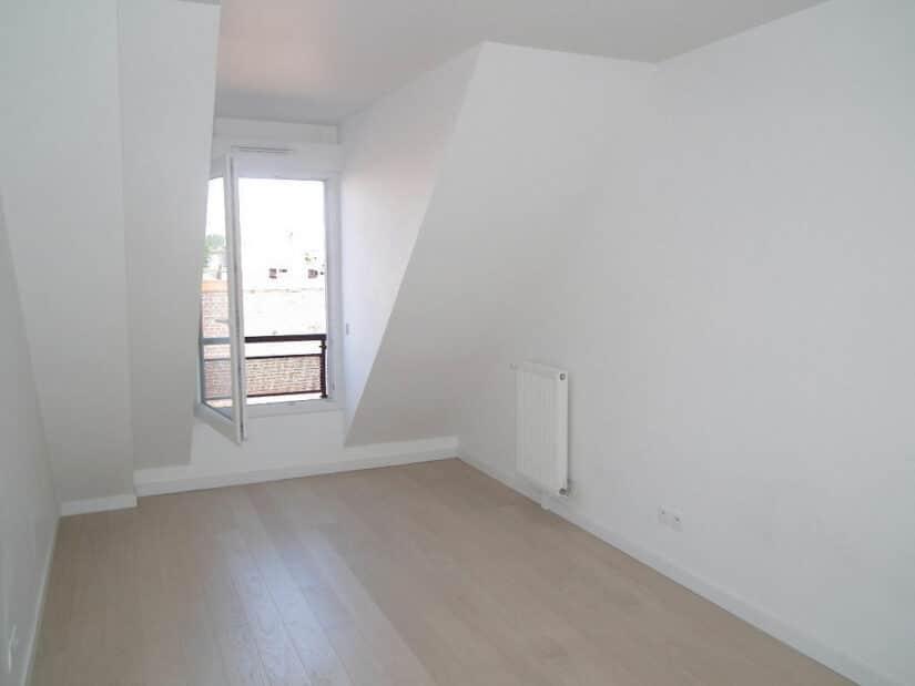 louer appartement alfortville: 2 pièces 40 m², chambre avec murs blancs et parquet clair