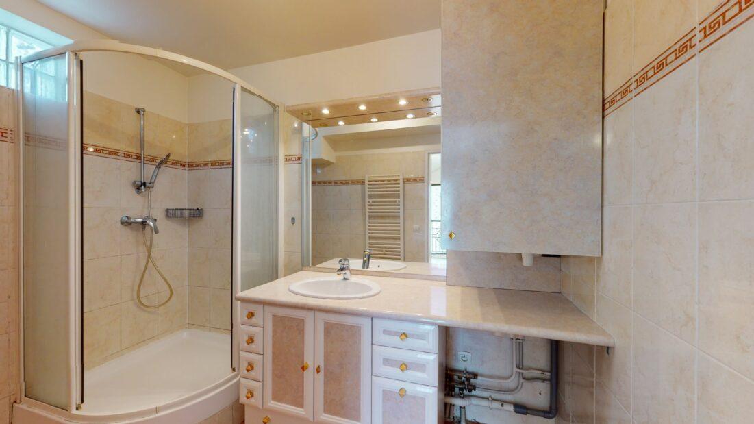 location appartement 94: 2 pièces 48 m², salle d'eau, cabine de douche, wc