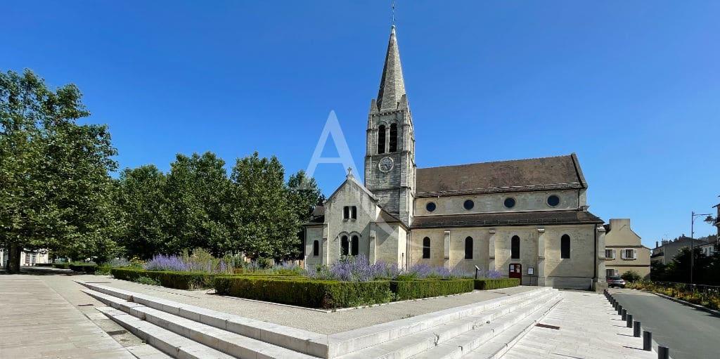 église saint-rémi de maisons-alfort avec ses jolis jardins, située en face de la mairie