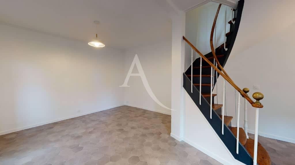 maisons alfortville: 3 pièces 63 m² à louer, séjour et escalier vers les chambres