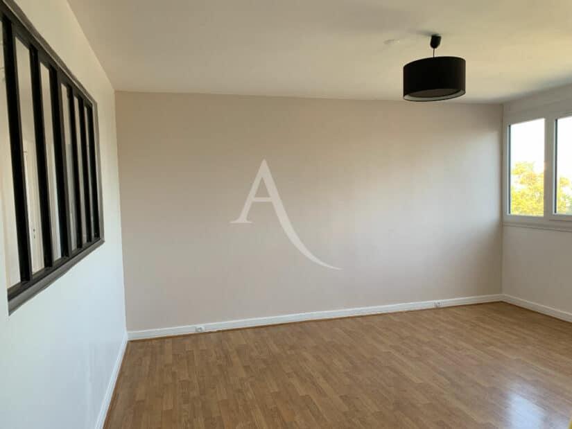 agence location immobiliere: 4 pièces 85 m², séjour lumineux avec grandes ouvertures