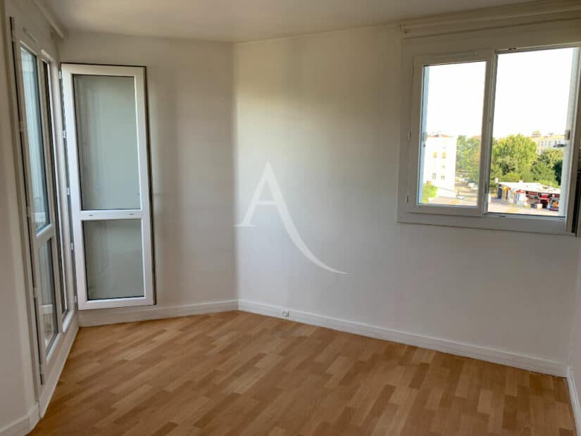 location appartement 94: 4 pièces 85 m², chambre avec porte fenetre vers balcon