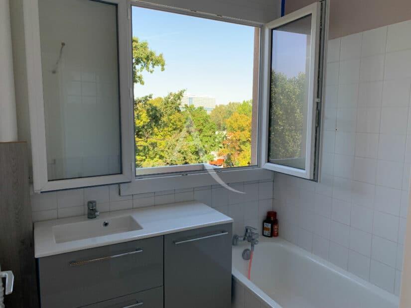 immobilier louer: 4 pièces 85 m², salle de bain avec baignoire et vue dégagée
