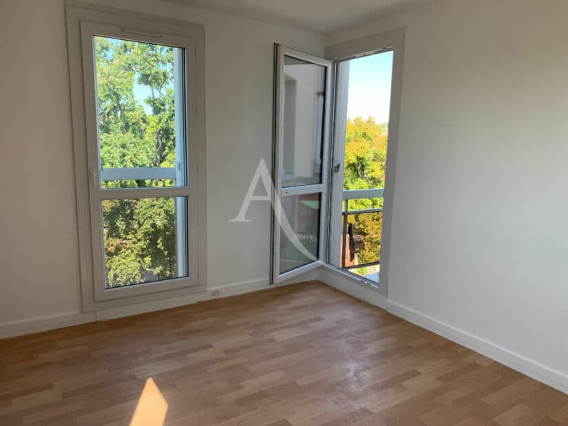 immobilier a louer: 4 pièces 85 m², chambre avec grandes ouverture et accès balcon