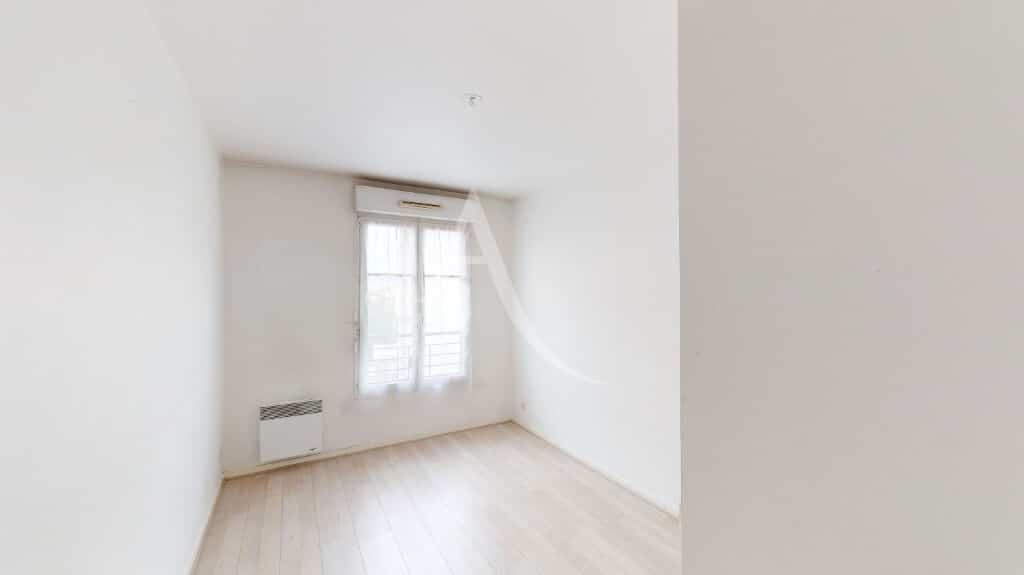 vente appartement maisons alfort: 3 pièces 62 m², chambre murs blancs et parquet bois clair