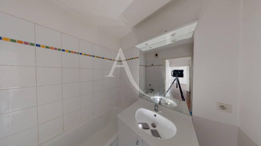 achat appartement maison alfort: 3 pièces 62 m², salle de bain blanche  avec baignoire