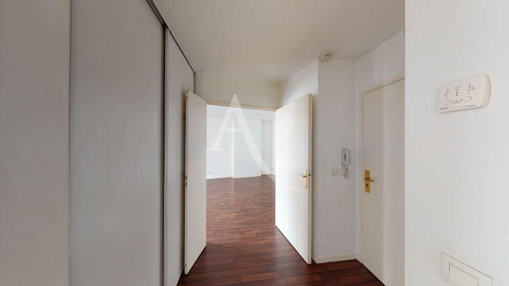 agence immo maisons alfort: 3 pièces 62 m², couloir d'entrée avec grands placards