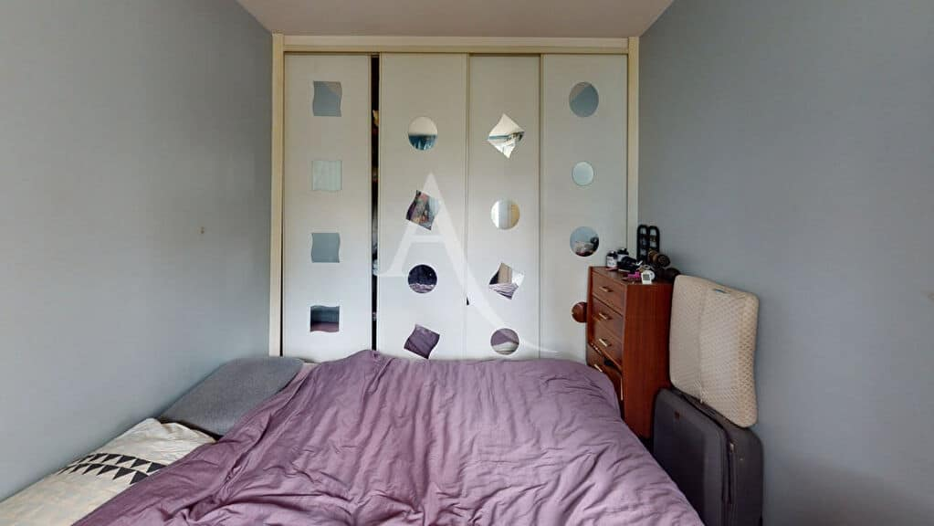 appartement à vendre à alfortville: 2 pièces 34 m², chambre avec parquet, murs bleu clair