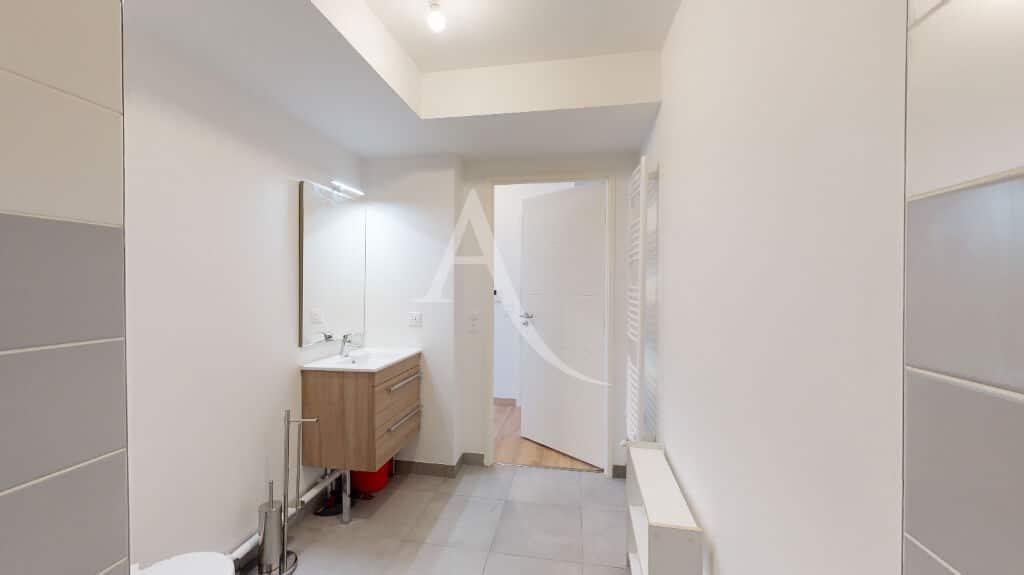 agence immobilière alfortville: 2 pièces 43 m², salle d'eau murs blancs et sol carrelé gris clair