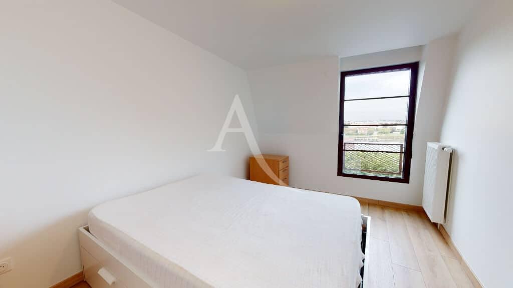 immobilier neuf alfortville: 2 pièces 43 m², chambre murs blancs et vue sur la seine