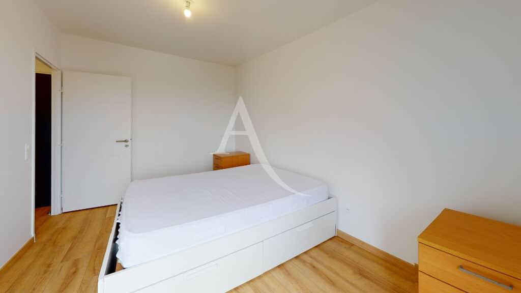 agence immo alfortville: 2 pièces 43 m², chambre avec lit double et revêtement parquet