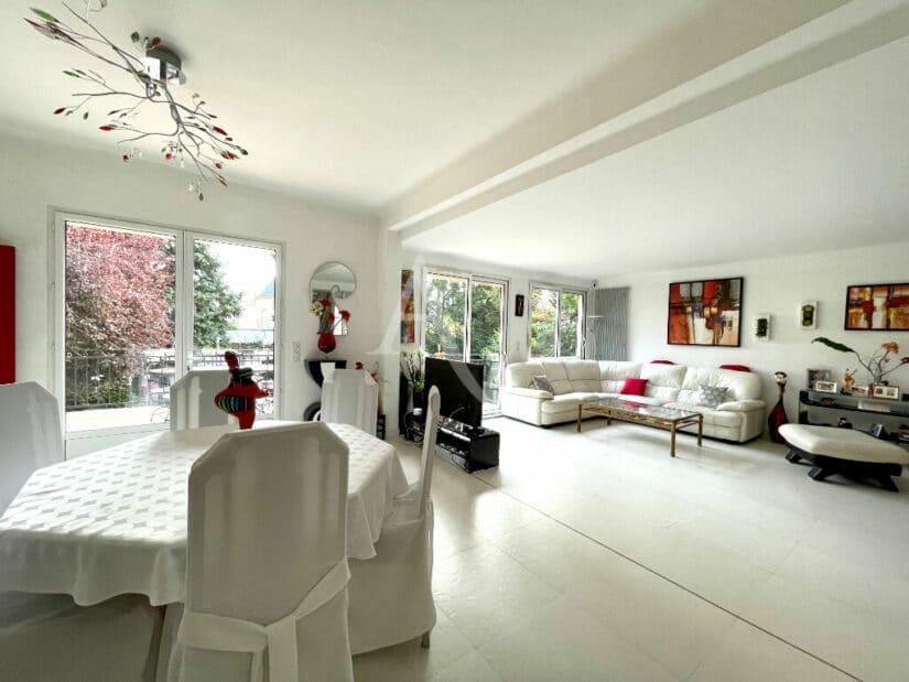 vente de pavillon dans le 94: 10 pièces 270 m², triple séjour avec cheminée