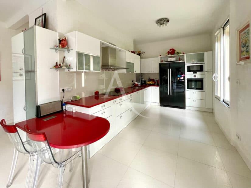 l adresse immobilier: maison 10 pièces 270 m², cuisine haut de gamme ouverte entièrement aménagée et équipée