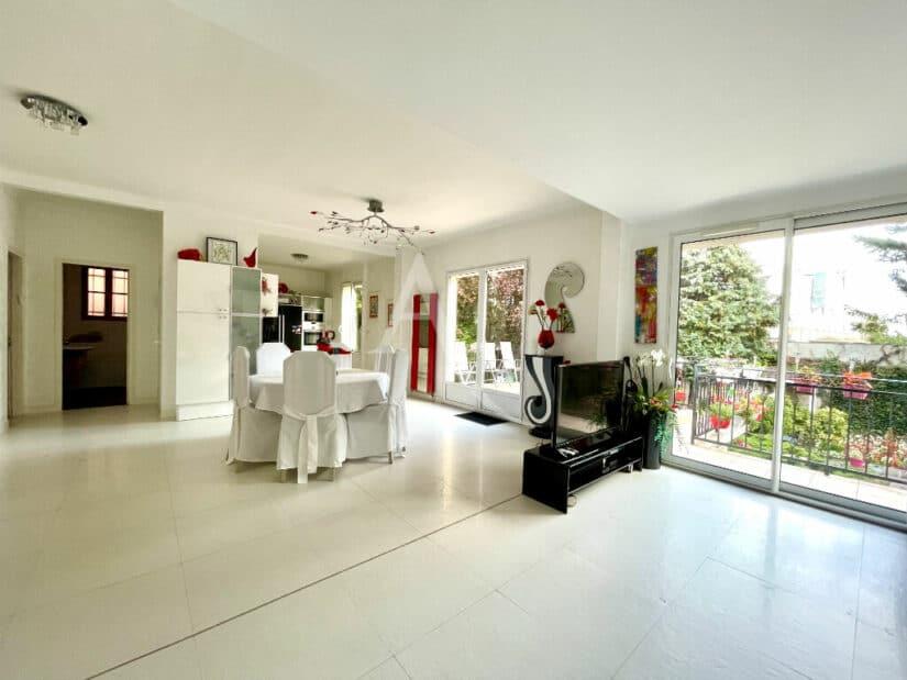 immobilier maison: 10 pièces 270 m² à vendre, triple séjour donnant sur terrasse et jardin