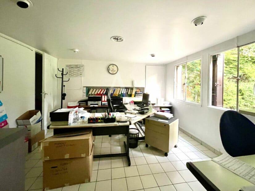 liste agence immobilière 94: maison 10 pièces 270 m² à vendre, bureau avec baie vitrée sur le jardin